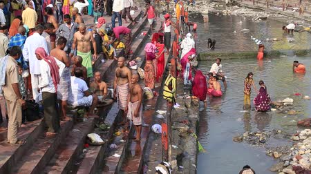 hinduizmus : HARIDWAR INDIA OCTOBER 21 2014: Unidentified Indian people at ritual washing in the sacred Ganges river. Haridwar famous worship place in India