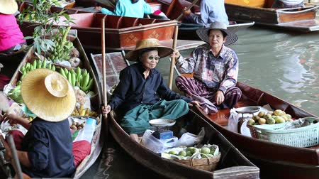 плавающий : RATCHABURI THAILAND APRIL 27 2014: Unidentified people on food boats at Damnoen Saduak floating market. Damnoen Saduak is a very popular tourist attraction in Thailand.