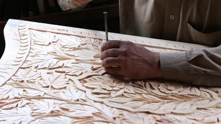 oyma : Indian man are making wooden souvenirs for tourists in Srinagar, India. Wood Carving is a traditional handicraft in Kashmir. Stok Video