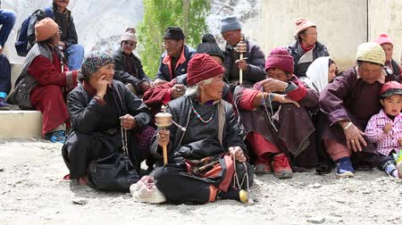 eski moda : LAMAYURU, INDIA - JUNE 13, 2015: Unidentified buddhist old people during Tsam mystery in time of Yuru Kabgyat festival at Lamayuru Gompa, Ladakh, North India Stok Video