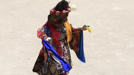 mistério : LAMAYURU, INDIA - JUNE 13, 2015: An unidentified buddhist lamas during Tsam mystery in time of Yuru Kabgyat festival at Lamayuru Gompa, Ladakh, North India
