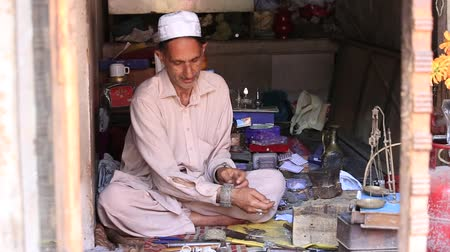 Пакистан : Indian jewelers at work in his workshop. Srinagar, Kashmir, India