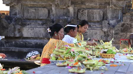 hinduizmus : UBUD, BALI, INDONESIA - MARCH 19, 2015: Unidentified Indonesian people celebrate Balinese New Year and the arrival of spring. Balinese women bring offerings of fruits and gifts to the village temple