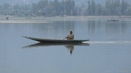 küçük sandal : SRINAGAR, INDIA - JUNE 09, 2015: Lifestyle in Dal lake, local people use Shikara, a small boat for transportation in the lake of Srinagar, Jammu and Kashmir state, India