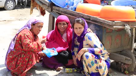 Пакистан : SRINAGAR, INDIA - JUNE 11, 2015: Unidentified Indian women in the market. Kashmiris are fighting for their freedom for 20 years. Kashmir became dangerous again. Стоковые видеозаписи