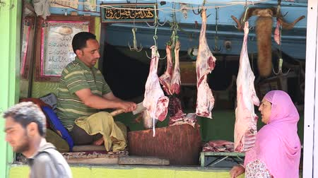 Пакистан : SRINAGAR, INDIA - JUNE 11, 2015: Unknown Indian butcher sells lamb market. Kashmiris are fighting for their freedom for 20 years now. Kashmir became dangerous again.