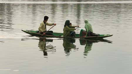 küçük sandal : SRINAGAR, INDIA - JULY 02, 2015: Lifestyle in Dal lake, local people use Shikara, a small boat for transportation in the lake of Srinagar, Jammu and Kashmir state, India Stok Video