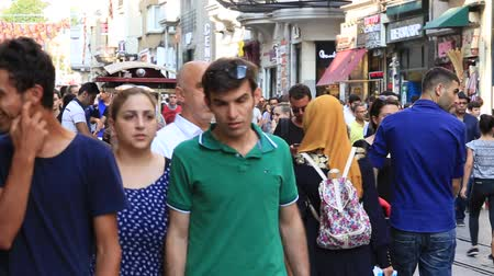 turecko : ISTANBUL, TURKEY - JULY 14, 2014: Unidentified people walk through one of the busiest shopping streets in Istanbul at istiklal avenue