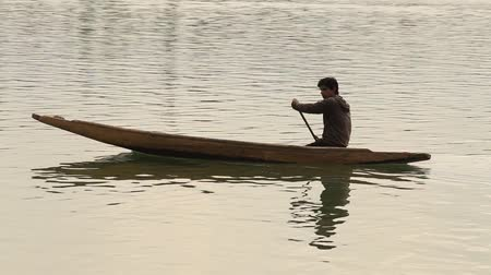 küçük sandal : SRINAGAR, INDIA - JUNE 11, 2015: Lifestyle in Dal lake, local people use Shikara, a small boat for transportation in the lake of Srinagar, Jammu and Kashmir state, India