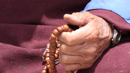 boncuklar : Old Tibetan woman holding buddhist prayer beads in Lamayuru Gompa,, Ladakh, India. Hand and prayer wheel, close up