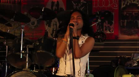 cantora : PATTAYA, THAILAND - NOVEMBER 15, 2014: Unknown Thai singer sings the song at the Hot Tuna bar on a Walking Street. Walking Street is red-light district with many restaurants, bars and brothels Vídeos