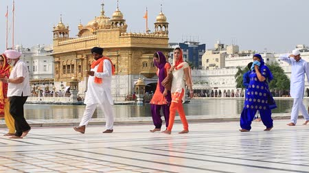 chrámy : AMRITSAR, INDIA - SEPTEMBER 27, 2014: Unidentified Sikhs and indian people visiting the Golden Temple in Amritsar, Punjab, India. Sikh pilgrims travel from all over India to pray at this holy site.