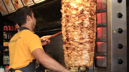 говядина : ISTANBUL, TURKEY - AUGUST 03, 2015: Unidentified man prepares turkish kebab on the istiklal street in Istanbul, Turkey. Doner kebab is one of the most popular fast food in Turkey.