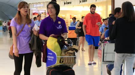 público : BANGKOK, THAILAND - JUNE 05, 2015: Unidentified passengers arrive at check-in counters at Suvarnabhumi Airport. The airport handles 45 million passengers annually.