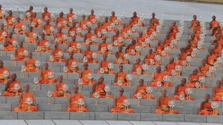 szerzetes : BANGKOK, THAILAND - FEBRUARY 22, 2016: Unidentified Thai monks during Buddhist ceremony Magha Puja Day in Wat Phra Dhammakaya Stock mozgókép
