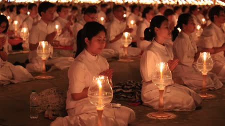 tajlandia : BANGKOK, THAILAND - FEBRUARY 22, 2016: Unidentified Thai people and monks during Buddhist ceremony Magha Puja Day in Wat Phra Dhammakaya