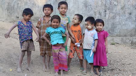 Бирма : MRAUK-U, MYANMAR - JANUARY 26, 2016: Unidentified poor children on the street. Poverty is a major issue in Burma
