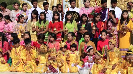 Бирма : MANDALAY, MYANMAR - JANUARY 16, 2016: Unidentified local people who participated in the donation channeled ceremony Shinbyu