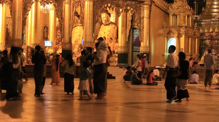 пагода : YANGON, MYANMAR - JANUARY 9, 2016: Unidentified tourists and locals visit the Shwedagon Pagoda. Shwedagon Pagoda is the most sacred Buddhist pagoda for the Burmese