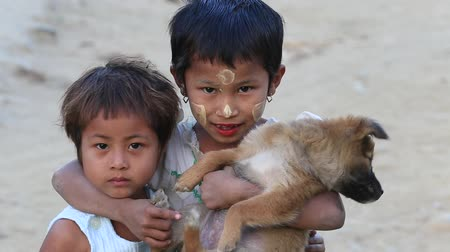 hobo : MRAUK-U, MYANMAR - JANUARY 26, 2016: Unidentified poor children on the street. Poverty is a major issue in Burma