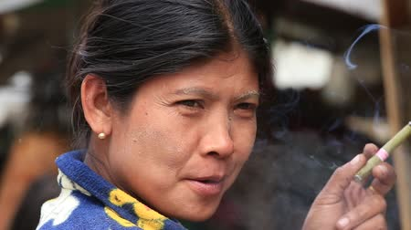 mianmar : MRAUK-U, MYANMAR - JANUARY 28, 2016: Unidentified Burmese woman smoking a handmade cigar