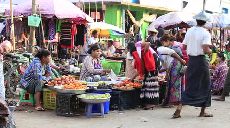 базарная площадь : SITTWE, MYANMAR - JANUARY 30, 2016: Unidentified Burmese people buy and sell products on the street food market