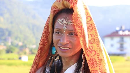 mamífero : Portrait shemale Sirena Sabiha dancing at sunrise in Pokhara, Nepal. Sirena was born in the Philippines. Close up