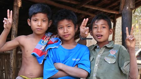 mianmar : MRAUK-U, MYANMAR - JANUARY 27, 2016: Unidentified poor children on the street. Poverty is a major issue in Burma Stock mozgókép