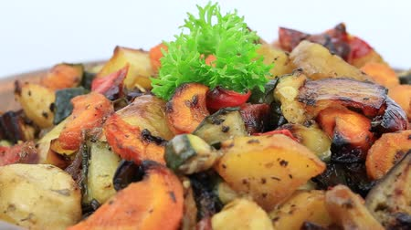 kavurma : Vegetable stew with tomato, eggplant, zucchini, onion, carrot, pepper, and potato in plate, close up. Loop rotation Stok Video