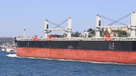 exportação : ISTANBUL, TURKEY - JULY 29, 2015: Bulk carrier ship sailing in Bosporus Sea