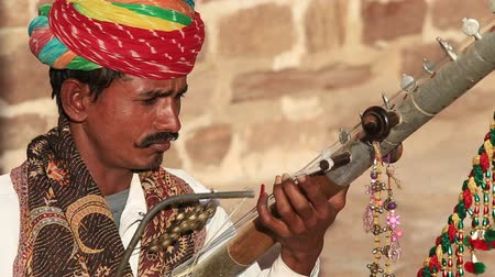tribo : JODHPUR, INDIA - FEBRUARY 11, 2017: Unidentified indian man playing ravanatha traditional music in Jodhpur fort. Street musician entertain tourists Vídeos