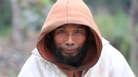 hobo : MRAUK-U, MYANMAR - JANUARY 28, 2016: Portrait of beggar man on the street, outdoors in Mrauk U, Burma, Myanmar Stock Footage