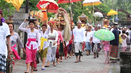 marchs financiers : UBUD, BALI, INDONESIA - MARCH 27, 2017: Unidentified Indonesian people celebrate Balinese New Year and the arrival of spring. This is a procession to the village