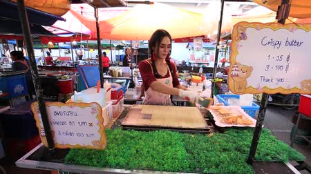 prodejce : KOH PHANGAN, THAILAND - FEBRUARY 15, 2018: Street food: cooking Thai style dessert at night food market in island Koh Phangan, Thailand