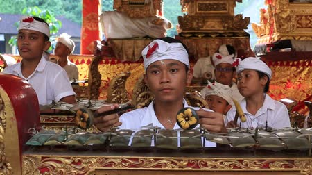 gong : UBUD, BALI, INDONESIA - MARCH 24, 2018: Indonesian children musicians at the holy temple during the religious ceremony in Ubud, island Bali, Indonesia