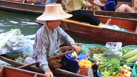 manga : DAMNOEN SADUAK, THAILAND - MARCH 21, 2018: Unidentified people on boats at Damnoen Saduak best known food floating market. Damnoen Saduak is a very popular tourist attraction in Bangkok, Thailand Stock Footage