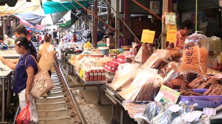 romênia : MAEKLONG, THAILAND - MARCH 21, 2018: Mae Klong Railway Market, Hoop Rom Market, in Samut Songkhram Province, commonly referred to as Siang Tai, life-risking, train local market near Bangkok, Thailand