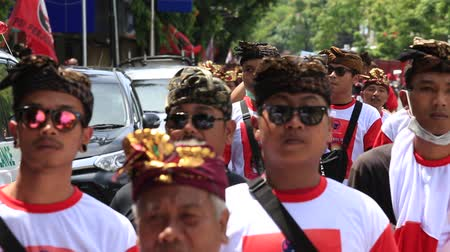 головной убор : GIANYAR, INDONESIA - JANUARY 08, 2018: Unknown Balinese people party in street ceremony, during a pre-election rally, the Indonesian Democratic Party of Struggle in island Bali, Indonesia Стоковые видеозаписи