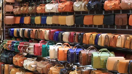 застежка : SHARM EL-SHEIKH, EGYPT - MAY 20, 2018: Varied choice of bags in the store sells for tourists in the Naama Bay area in Sharm El Sheikh, South Sinai, Egypt. The Asian market in the Arabian Egypt Стоковые видеозаписи