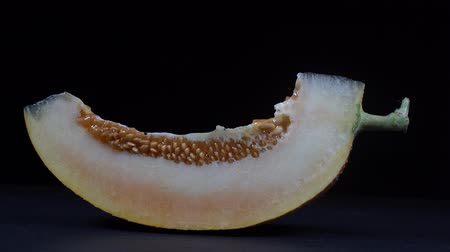 melão : Yellow melon on a black background, close up. Rotates slice yellow melon, macro Vídeos