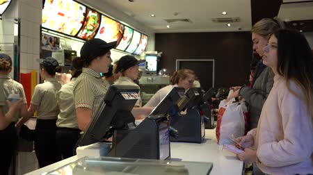 caixa : KIEV, UKRAINE - OCTOBER 01, 2018: People near cash desks in Mcdonalds. People inside food restaurant in Kiev, Ukraine Vídeos
