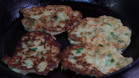 оладья : Cooking vegetable pancakes on a frying pan from courgettes. Fry of zucchini fritters, close up.