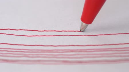 exercício : Artist hand drawing red line with ball pen on white paper. Close up, macro, 4k