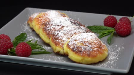 оладья : Cottage cheese pancakes, close up, rotates. Ukrainian and russian dessert. Healthy food. The concept of proper nutrition