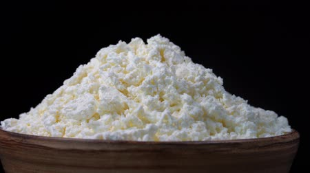 кальций : White cottage cheese in black background. Rotates bowl with fresh cottage cheese. Close up. Nourishing breakfast