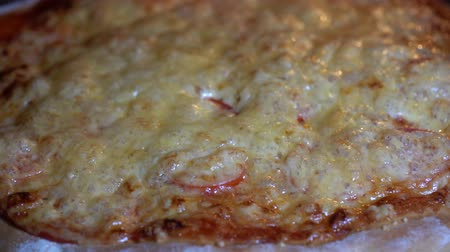 preparar : Pizza is baked in the oven, cooking pizza at restaurant kitchen. Cheese on pizza melts from oven heat, close up, macro