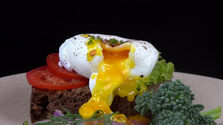 poached egg : Poached egg on a plate, close up, breakfast concept Stock Footage