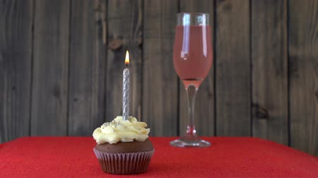 šlehačka : One candle on the cupcake at the time of birthday, close up. Fragrant, vanilla cupcake with honey cream cheese filling. Cupcake with a candle Dostupné videozáznamy