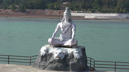 Statue Shiva, hindisches Idol auf dem Fluss der Ganges, Rishikesh, Indien Videos