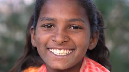 Çingene : PUSHKAR, INDIA - NOVEMBER 14, 2018: Indian young girl in close up portrait Stok Video